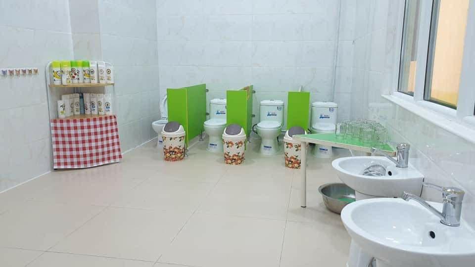 Нүхэн жорлонг халж, хүүхдүүдэд тохилог ариун цэврийн өрөөнд бие засдаг болно